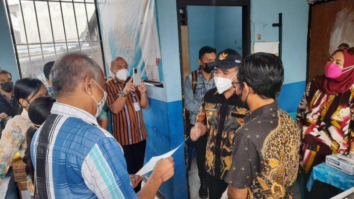 Walikota Kupang, Jefri Riwu Kore saat memantauuji coba perdana alat test cepat covid-19 bernama Genose 19.
