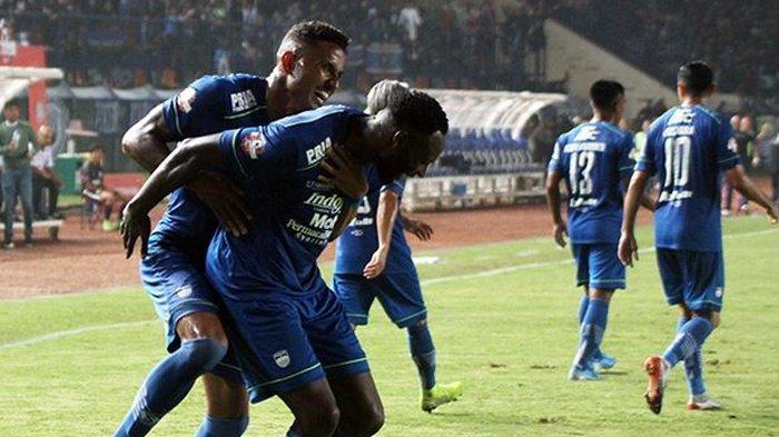 Pemain Persib Bandung Wander Luiz dan Geoffrey Castillion usai mencetak gol pada pertandinga Liga 1 2020.