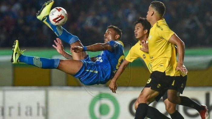 Aksi akrobatik Wander Luiz di laga persahabatan Persib Bandung vs Barito Putera di Stadion Si Jalak Harupat Kabupaten Bandung, Selasa 11 Februari 2020.