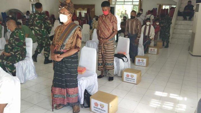 TNI Bawa Berkat Untuk Masyarakat Desa Leosama Kabupaten Belu