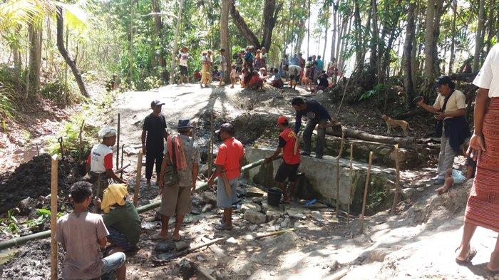Warga Desa Naisau, Malaka Gotong Royong Bangun Sumur di Mata Air