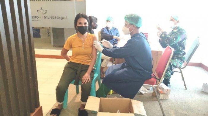 Masyarakat Kota Kupang Antusias Ikut Serbuan Vaksinasi TNI-AU di Bandara El Tari