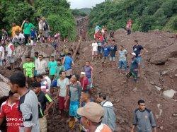 Warga Leudanung Lembata Gotong Royong Cari Korban Bencana