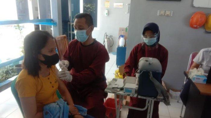 Warga Namosain Kupang Terima Vaksin Dosis Kedua Program Serbuan Vaksin TNI AL