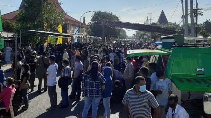 Demi Dapat Vaksin di Kejati NTT, Warga Padati Ruas Jalan Polisi Militer Sebabkan Kerumunan Besar