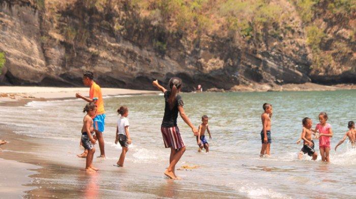 Warga Padati Kawasan Wisata Pantai Enagera di Mauponggo Nagekeo