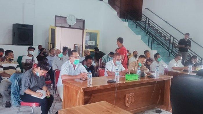 Warga pemilik lahan didampingi kuasa hukumnya, Ruth Wungubelen saat mengikuti RDP di kantor DPRD Flores Timur