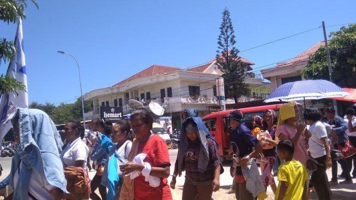 Warga Sudah Memenuhi Lapangan Sitarda Satu Jam Sebelum Jokowi Tiba