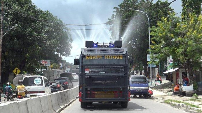 Cegah Virus Corona, Water Canon Brimob Polda NTT Semprot Disinfektan di Jalanan Kota Kupang