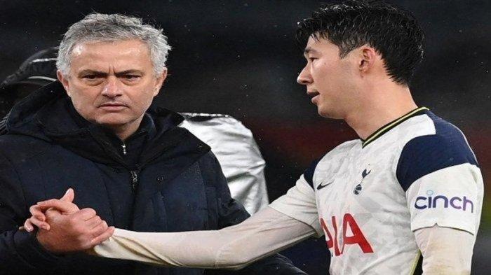Pelatih kepala Tottenham Hotspur Portugis Jose Mourinho (kiri) berjabat tangan dengan striker Tottenham Hotspur Korea Selatan Son Heung-Min (kanan) di akhir pertandingan sepak bola Liga Utama Inggris antara Tottenham Hotspur dan Chelsea di Stadion Tottenham Hotspur di London, pada 4 Februari , 2021.