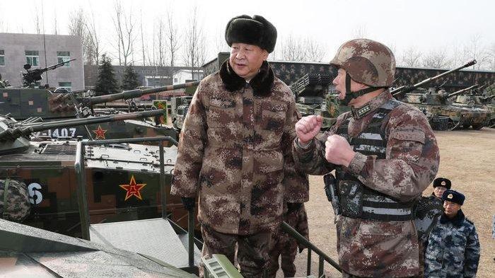 Xi Jinping sedang memantau pasukan darat PLA
