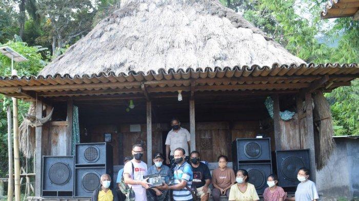 Pengurus Yayasan AW saat menyerahkan separangkat Soundsystem untuk KOMPAK di Kampung Adat Maghilewa Desa Inerie, Kecamatan Inerie, Kabupaten Ngada, Flores Nusa Tenggara Timur, Sabtu 17 April 2021.