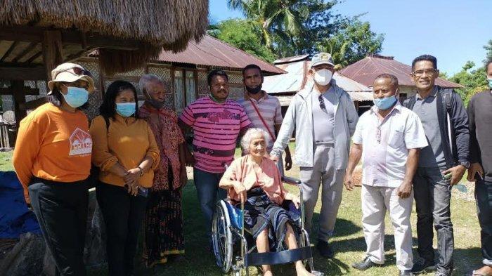 Bupati Nagekeo Beri Bantuan Kursi Roda untuk Seorang Lansia di Kampung Worowatu