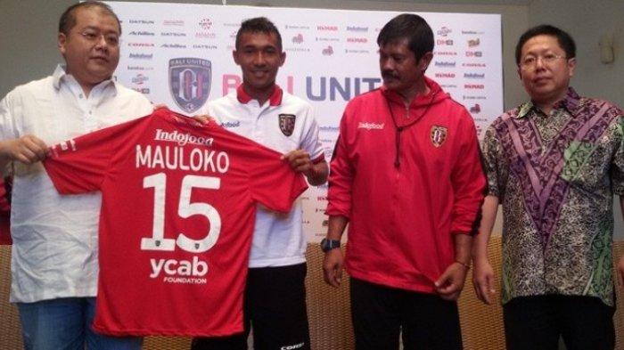 Pemain Bali United, Yulius Mauloko memegang jersey timnya dengan CEO Yabes Tanuri dan disaksikan pelatih Indra Sjafri serta pemilik klub Pieter Tanuri usai tanda tangan kontrak baru di Legian, Bali, Jumat (19/2/2016).