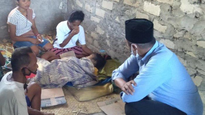 Wakil ketua DPRD TTS, Yusuf Soru sedang melihat jenazah Felpina Muskanan (49) pengungsi banjir Bena, Kecamatan Amanuban, Kabupaten TTS yang meninggal dunia di Posko pengungsian kantor Desa Bena, Sabtu 10 April 2021.
