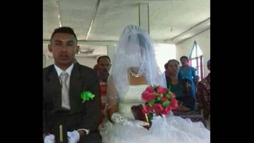 okber-riwu-djara-bersama-dengan-istrinya-saat-pernikahan.jpg