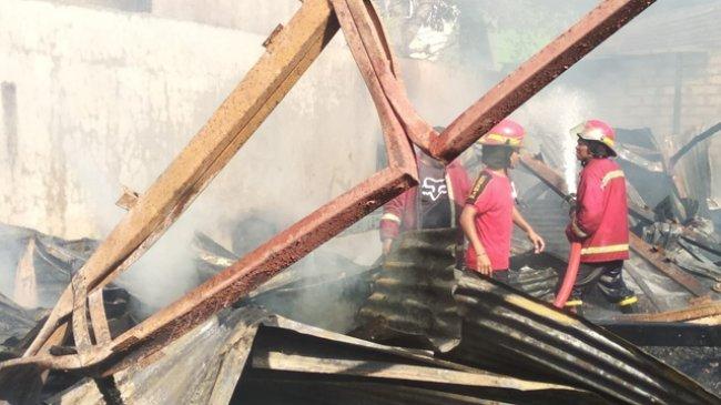 puing-puing-sisa-kebakaran-gudang-mebel-milik-marsono-di-oesapa-barat-yang-terbakar_20180805_130600.jpg