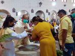 10-anak-menerima-sakremen-pembaptisan-pada-perayaan-paskah-di-gereja-katedral-weetabula-sbd.jpg