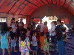 aktivis-alit-indonesia-sedang-menghibur-anak-anak.jpg