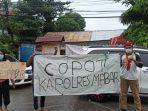 aktivis-pmkri-kupang-membentang-spanduk-di-depan-gerbang-mapolda-ntt.jpg