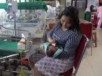 alfionita-seusai-menyusui-bayinya-yang-baru-berusia-12-hari-di-rsud-andi-makkasau_20181004_085027.jpg