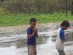 anak-anak-asik-bermain-saat-usainya-banjir.jpg