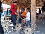 anak-anak-muda-sedang-membuat-payung-lembata-di-pelabuhan-jetty-lewoleba_20180924_195505.jpg
