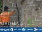 anggota-pusdalop-bpbd-situbondo-sedang-melihat-kondisi-bangunan-mushola-yang-retak-akibat-gempa_20181011_155837.jpg
