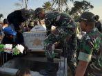 anggota-satgas-yonif-132bs-membantu-prosesi-pemakaman.jpg