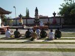 anggota-tni-bersama-umat-hindu-doa-bersama-di-pura-cendana-waingapu_20181010_145409.jpg