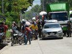 aparat-kepolisian-filipina-memeriksa-barang-bawaan-warga-di-kota-marawi_20170524_184355.jpg