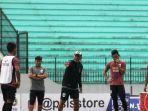 bambang-nurdiansyah-saat-memimpin-latihan-di-stadion-moch.jpg