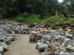 batu-besar-tutup-jalan-tanangalu-paipenga-di-kecamatan-paga-menuju-tanawawo.jpg