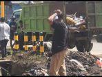 bersih-bersih-pasca-banjir-bupati-ende-sentil-soal-sampah-petugas-susah-payah-angkut-dari-drainase.jpg