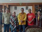 bupati-manggarai-kamelus-deno-foto-bersama-pemimpin-perusahaan-pos-kupang-erniwaty-madjag.jpg