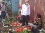 bupati-tahun-sedang-menyapa-para-pedagang-sayuran-di-pasar-inpres-soe.jpg