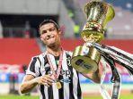 cristiano-ronaldo-dan-trofi-juara-coppa-italia_005.jpg