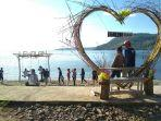 desa-lewolein-pengunjung-sedang-menikmati-panorama-alam-desa-wisata.jpg