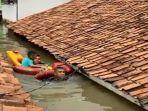 detik-detik-2-anggota-marinir-evakuasi-balita-terjebak-banjir-setinggi-atap-rumah.jpg