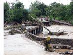 dihadang-banjir-besar-camat-nagawutun-tertahan-di-kali-waima.jpg