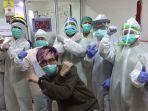 dokter-tirta-bersama-dengan-tim-medis-tangani-corona.jpg