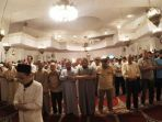 fitrah-alif-tama-saat-menjadi-imam-salat-tarawih-di-lebanon_20170530_070028.jpg