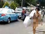 gambar-seorang-wanita-setengah-telanjang-berjalan-santai_20170606_143427.jpg