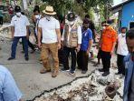 gubernur-jawa-barat-kunjungi-warga-terdampak-bencana-alam-di-kupang-ntt-sabtu-1-mei-2021.jpg