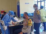 handrio-wicaksono-sik-saat-pemeriksaan-tensi-untuk-donor-darah.jpg