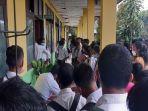 hari-pertama-pendaftaran-ratusan-siswa-padati-loket-pendaftaran-smkn-1-waikabubak.jpg