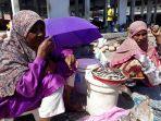 ibu-ibu-dari-desa-baobolak-kecamatan-nagawutun-yang-berjualan-di-pasar-pada_20180625_143126.jpg