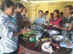 ibu-ibu-ppk-di-kabupaten-nagekeo-saat-ikut-pelatihan-pembuatan-jajanan-berbahan-pangan-lokal.jpg