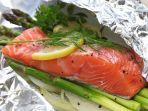 ikan-salmon-segar-dibungkus-kertas-alumunium-siap-untuk-dipanggang.jpg