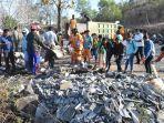 jajaran-dinas-lingkungan-hidup-belu-bersihkan-sampah-di-jalur-perbatasan-kota.jpg